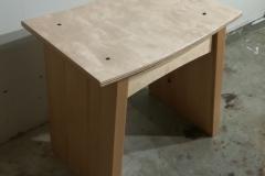 Jakkara.  Jakkaran istuinosa on valmistettu vanerilevystä, joka on peräisin toisesta huonekalusta. Siinä rikkinäinen selkänojan taustalevy vaihdettiin uuteen ja vanhan levyn ehjä osa päällystettiin loimukoivuviilulla. Muut osat tästä jakkarasta ovat uutta puuta (koivua). Pintakäsittelynä puolihimmeä väritön lakka.