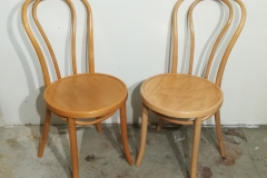 Käsittelemätön ja käsitelty tuoli. Vanha, kellastunut lakka on poistettu ja tuoli lakattu värittömällä lakalla. Löystyneet liitokset on samalla kiristetty.