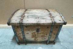 Puinen arkku. Metallinaulojen ruostumisen ja puunaulojen pehmenemisen myötä liitoksia oli auennut. Ne kiinnitettiin ja osa nauloista uusittiin.