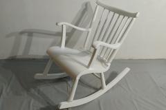 Keinutuolin istuinosan halkeama liimattiin, käsinojien liitokset tehtiin uusiksi ja tuoli hiottiin sekä maalattiin uudelleen.