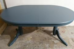 Ruokapöydän kunnostus. Muutama pieni puukorjaus, vanhan sävylakkapinnan hionta ja uusi väri puolihimmeällä kalustemaalilla.