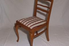 Tämän tuolin istuinosa verhoiltiin uudelleen ja puuosien lakkaus elvytettiin.