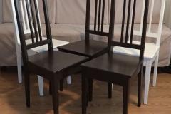 Talonpoikaistuoli. Lähtökohtana viiden valkoisen tuolin sarja, tavoitteena kuuden tummanruskean tuolin sarja. Valmistettu yksi tuoli lisää ja pintakäsitelty koko sarja Empirellä. Tämän kuvan ottamishetkellä kolme tuolia on valmiina, yksi kesken (ei kuvassa) ja kaksi aloittamatta.