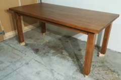 Mittatilaustyönä valmistettu massiivikoivupuinen ruokapöytä. Pituus 180 cm, leveys 90 cm, korkeus 75 cm.