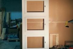Mittatilaustyönä valmistettu liukuovi. Ikkunat kierrätystavaraa, muut osat uutta puuta.