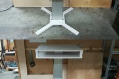Mittatilaustyönä valmistettu sähköpöytä. Kaksitasoinen pöytä mahdollistaa mm. läppärin, näppäimistön yms. säilytyksen poissa työskentelytasolta, mutta kuitenkin käden ulottuvilla.