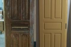 Puutalon vanha ulko-ovi ennen kunnostusta ja kunnostuksen jälkeen. Oven ulkopuolen pintapanelointi rakennettiin uusiksi ja sen jälkeen ovi maalattiin molemmin puolin pellavaöljymaalilla.